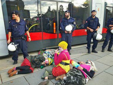 Запрет на никаб обернулся восстанием клоунов