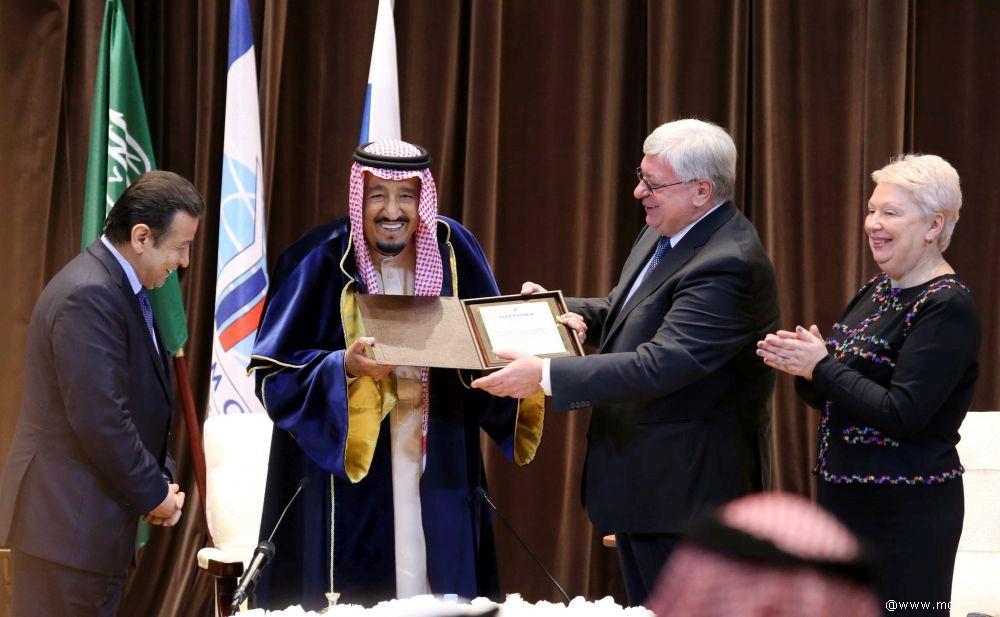 Король Салман получает докторскую степень от ректора МГИМО