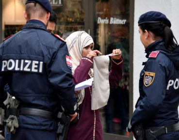 Снятие покрывал с мусульманок полицейскими вызвало бурю в соцсетях (ФОТО)