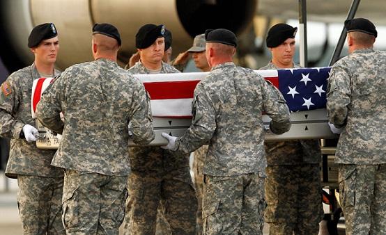 Американские военные держат в руках гроб с телом сослуживца