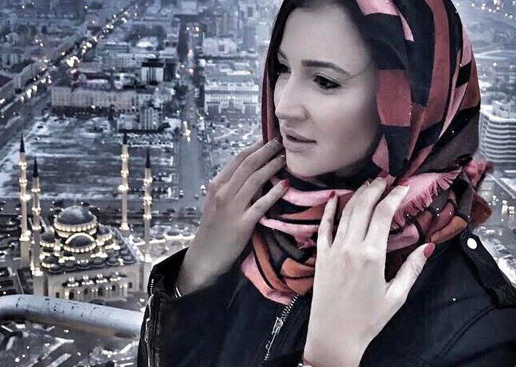 После фото на фоне мечети в хиджабе Бузову обвинили в неуважении к церкви