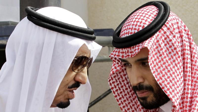 Король Саудовской Аравии Салман со своими сыном, наследным принцем Мухаммадом