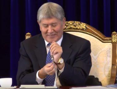 Атамбаев журналисту-попрошайке: «Хорошо, хоть не брюки попросил» (ВИДЕО)