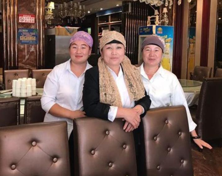 Уйгурские работницы кафе