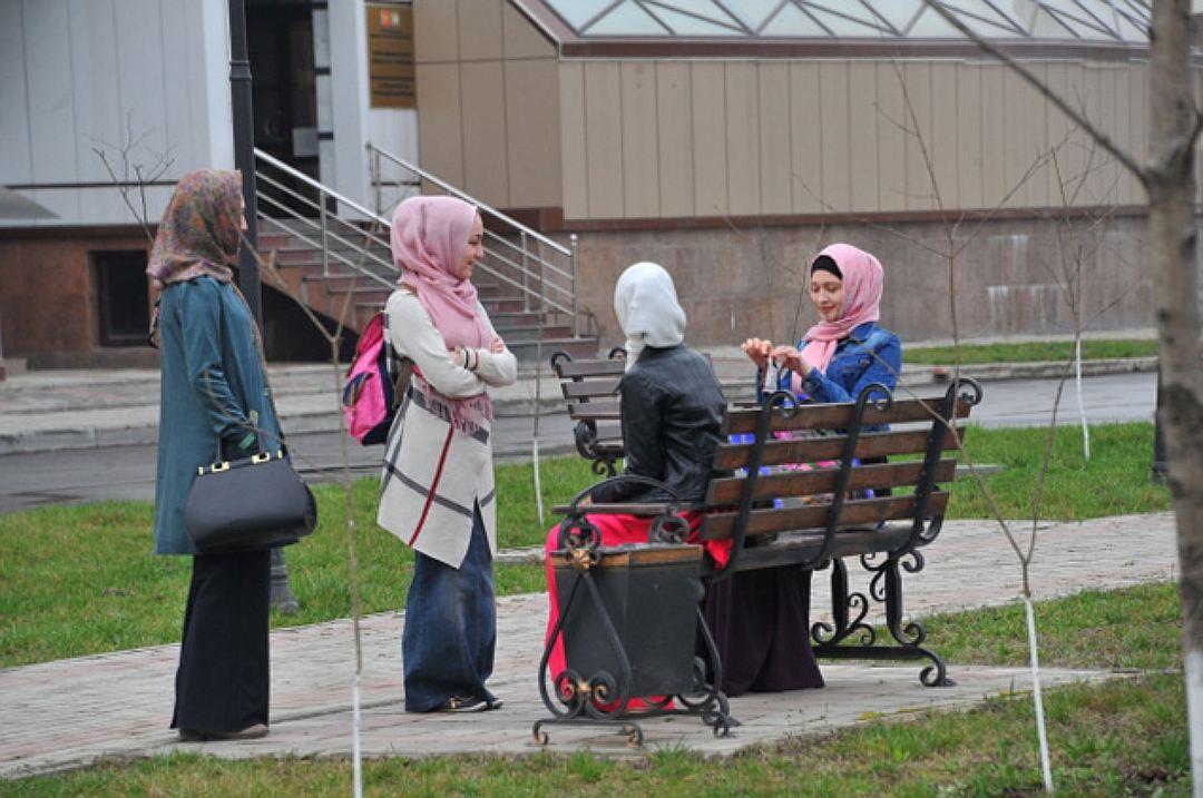 Девушки в хиджабах стали визитной карточкой Чечни
