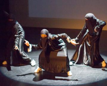 Танцующая в хиджабе мусульманка нашла, что ответить на критику (ВИДЕО)