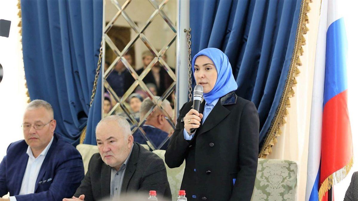 Айна Гамзатова выступает на собрании инициативной группы. Фото Dag.Life