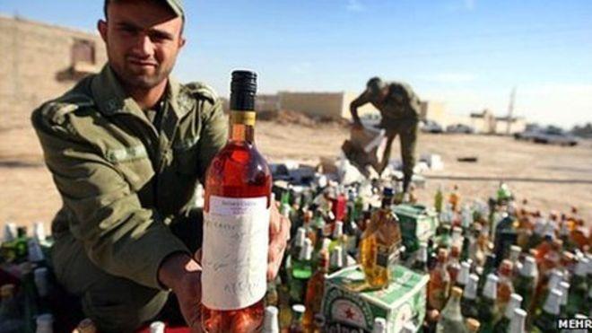Уничтожение контробандного алкоголя в Иране