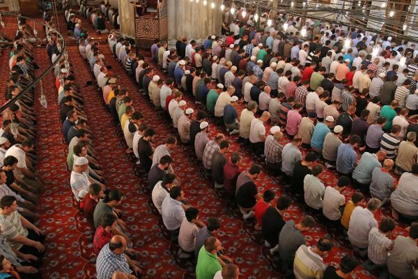 Турецкие мусульмане во время молитвы
