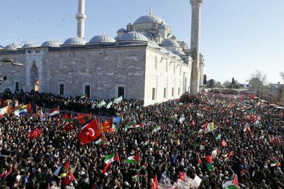 Сотни тысяч жителей Турции вышли с протестами на улицы (ВИДЕО)