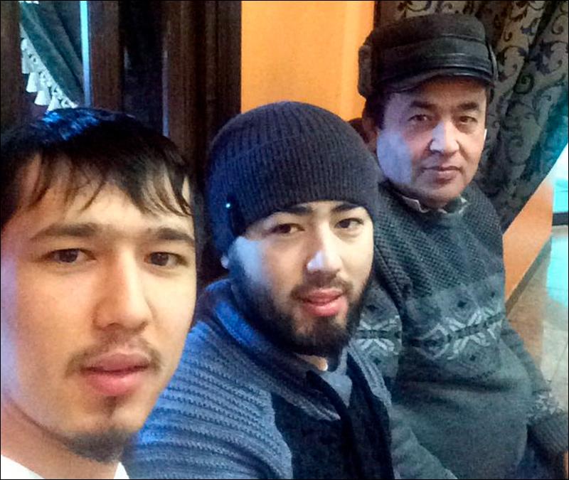 Ахрал Азимов (справа) с сыновьями Аброром (слева) и Акрамом (в центре)