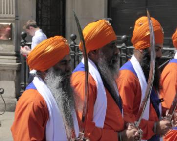 Дом Аллаха заполнили мужчины в оранжевых тюрбанах и с мечами – кто они такие?