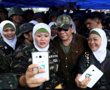 Солдаты в хиджабах несут мир в горячие точки