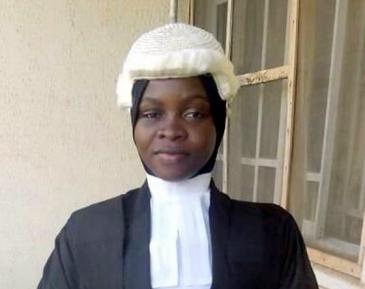 Судейский парик поверх хиджаба поверг страну в дебаты