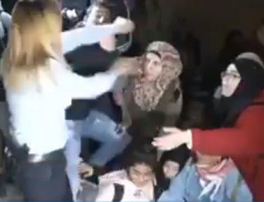 Все за одного: израильтянке не поздоровилось при попытке задержать палестинскую школьницу (ВИДЕО)