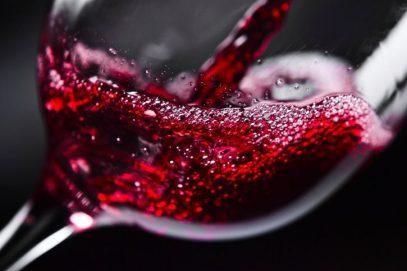 Ученые развеяли миф о пользе красного вина, напугав алкогольных гурманов