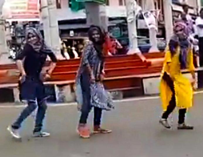 Танец мусульманских девушек на площади вызвал бурю (ВИДЕО)