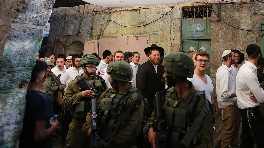 Еврейские поселенцы в сопровождении израильских военных проникают на территорию мусульманской святыни