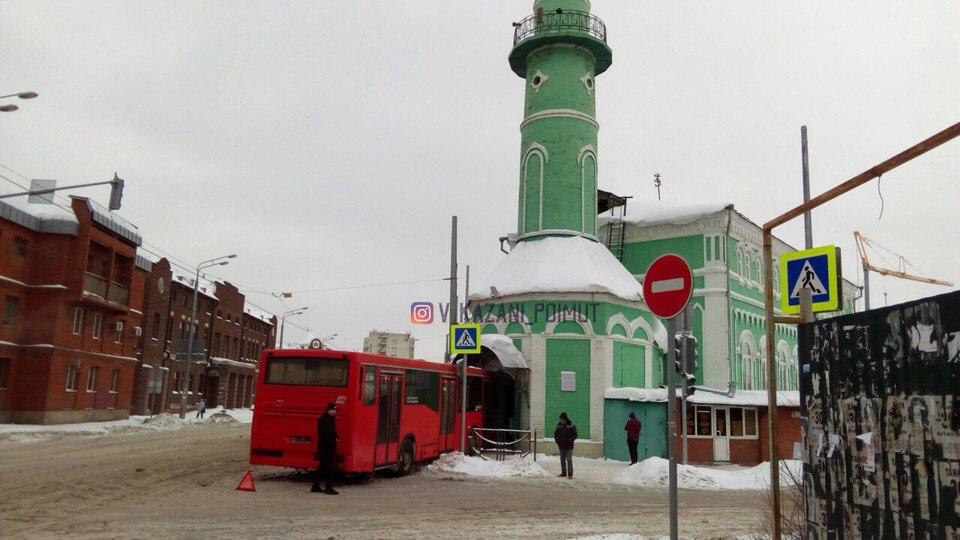Автобус въехал в мечеть