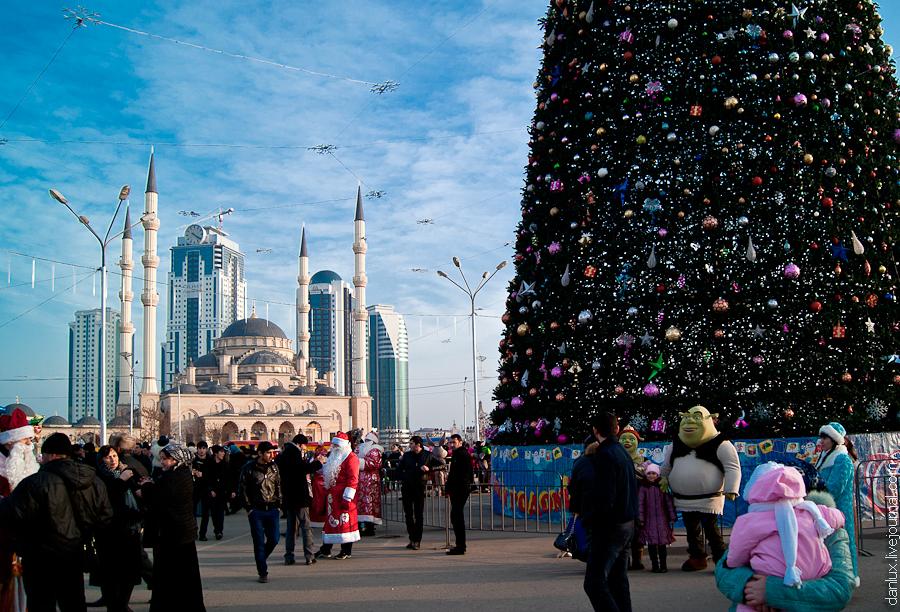 Новогодняя ель в центре Грозного