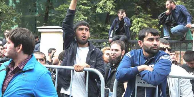 Мусульманская молодежь на митинге в поддержку беженцев-рохинья в Москве