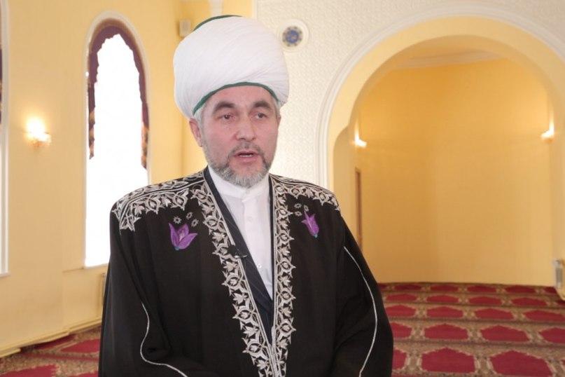 Муфтий Раев: Примерно в 90% общин имамы осуществляют свои функции практически на общественных началах и не имеют специального образования. В ряде общин наблюдается серьезный дефицит кадров