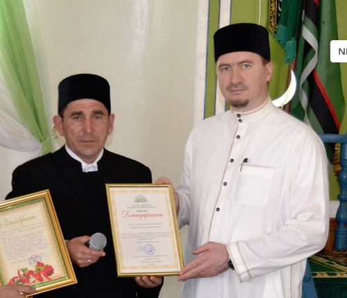 Муфтий Ислям Дашкин поздравляет с 20-летием служения исламу  имама мечети Дёмино Ибрахима Абдряхимова (2015 год)