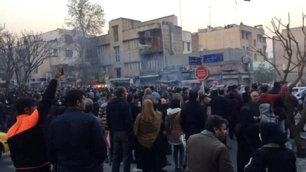 محتجون في طهران يوم السبت في صورة من لقطة فيديو حصلت عليها رويترز.