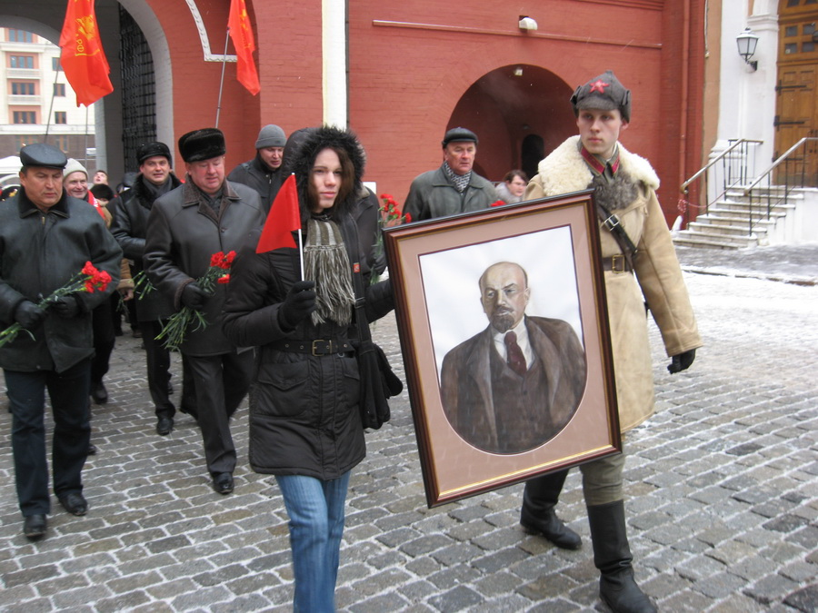 Чествование Ленина напоминает крестный ход. Фото: КПРФ