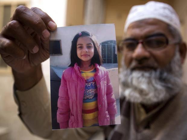 Отец Зайнаб держит в руках фото дочери