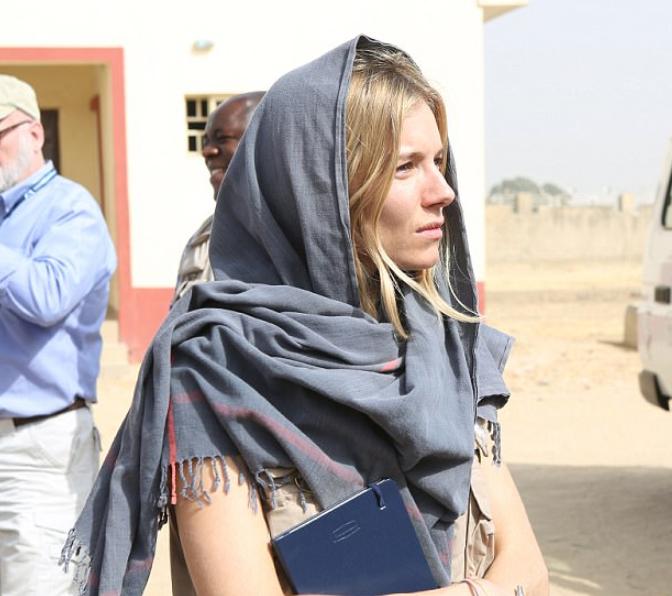 Голливудская актриса надела хиджаб, встретившись с жертвами террора