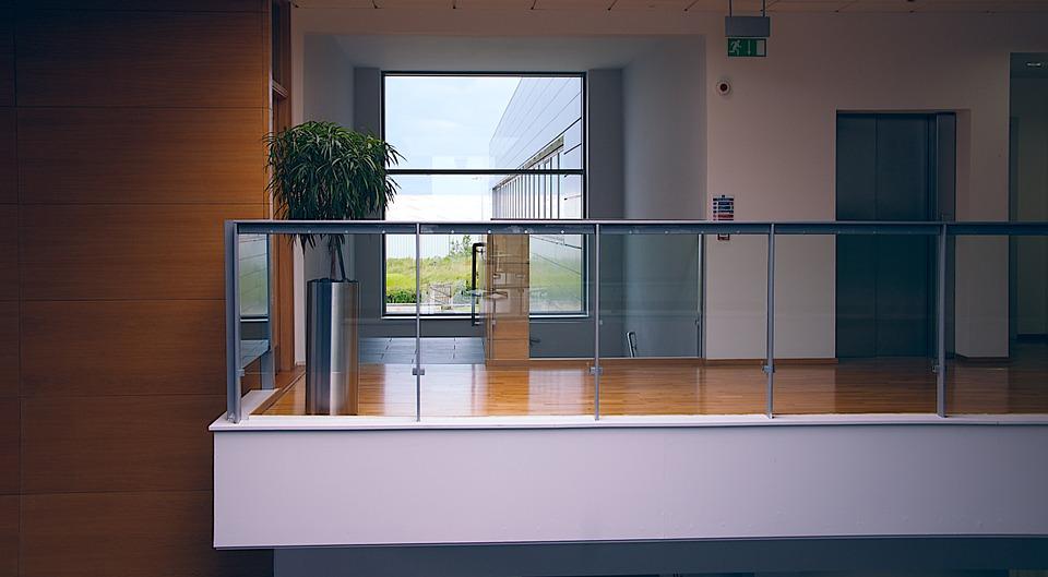 Основные плюсы использования стеклянных перегородок в офисах