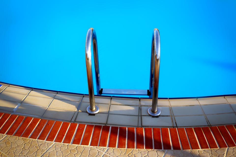 Особенности подбора купальников для бассейна