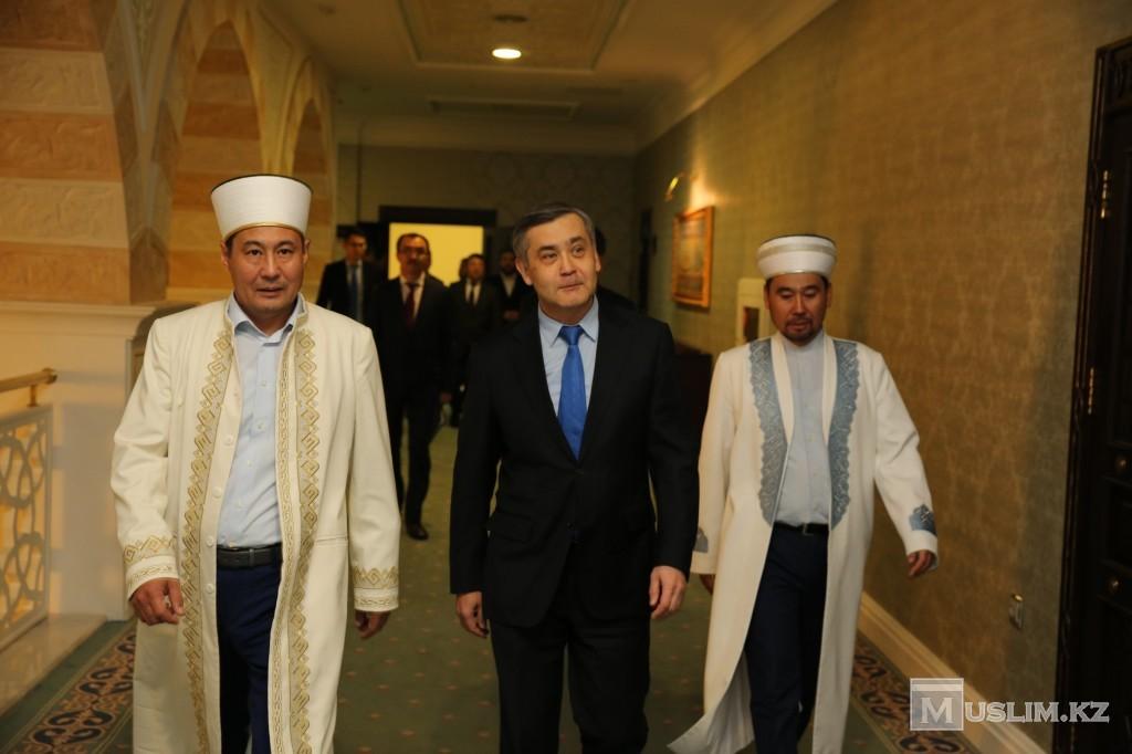 На фото: Нурлан Ермекбаев во время посещения мечети Хазрет-султан