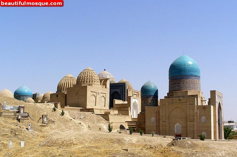 На фото: исторические мечеть и кладбище Шах-и-Зиндах в Самарканде