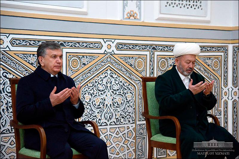 Президент Мирзиеев во время посещения мазара шейха Тирмизи