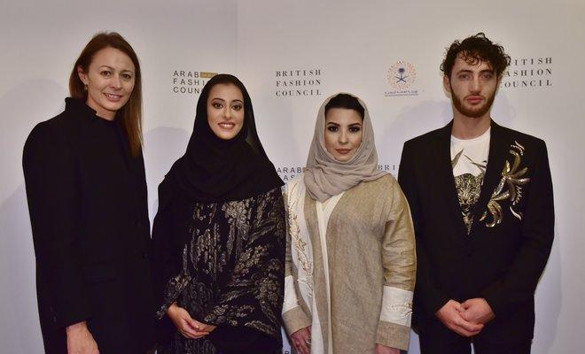 Принцесса Нура бинт Фейсал Аль Сауд (вторая слева)