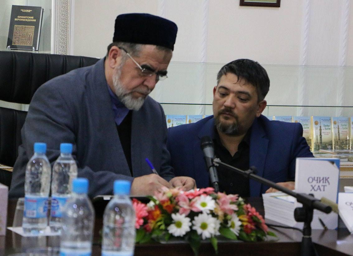 Адхам Атажанов со своим устазом шейхом Мухаммадом Садыком