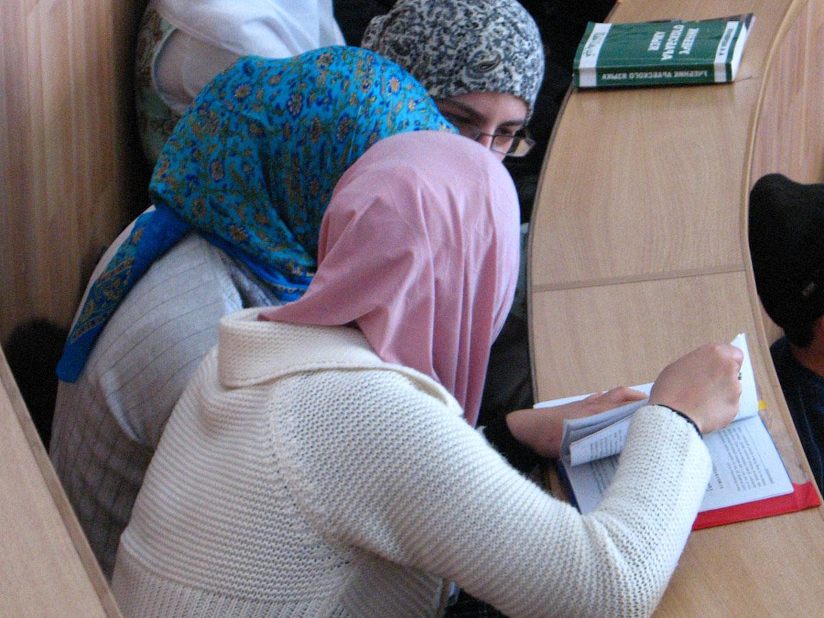 Студентки в хиджабах могут посещать занятия, уверяет руководство вуза
