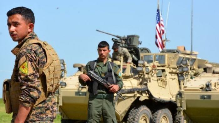 Курдские боевики на фоне американской бронетехники