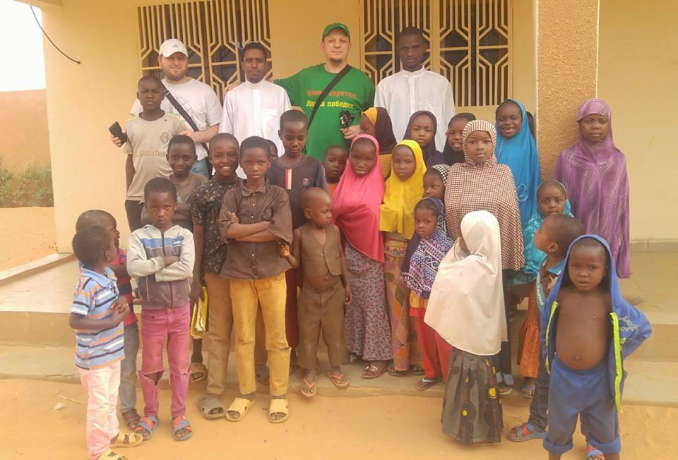 Расул Тавдиряков с детьми прихожанами мечети-медресе