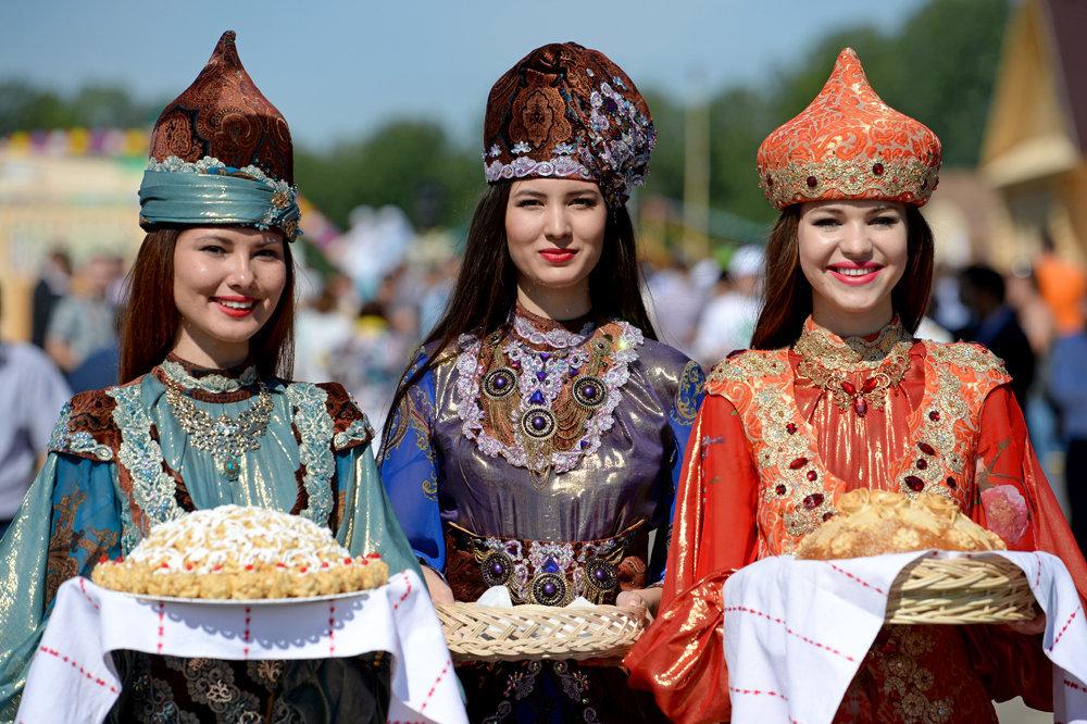 Девушки в национальных татарских костюмах во время сабантуя