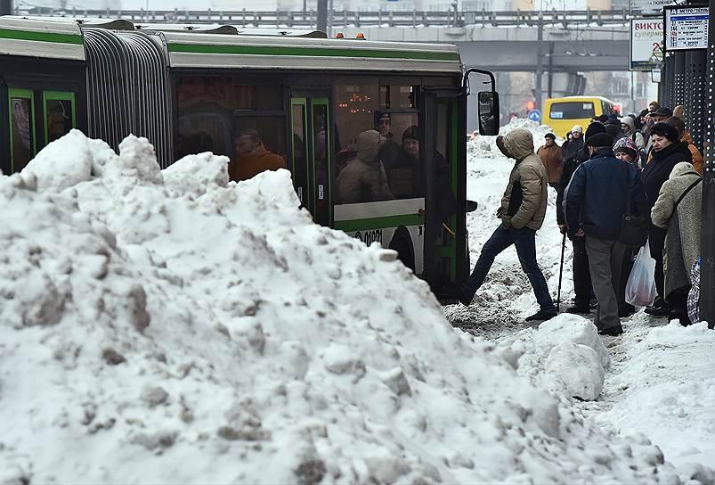 Мэрия: в плохой уборке снега коммунальщиками виноваты москвичи