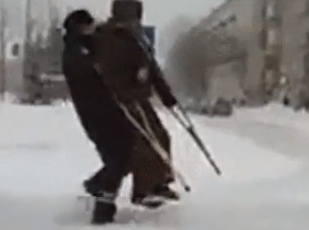 Видео с полицейским и инвалидом после снегопада в Казани покорило Сеть