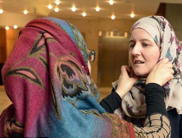 Все сотрудницы МИД в один день покрылись хиджабом