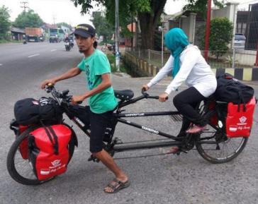 Муж и жена отправились в Мекку на велосипеде и получили удивительный «бонус»