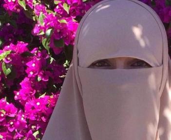 Новообращенная мусульманка дала ответ празднующим День Валентина
