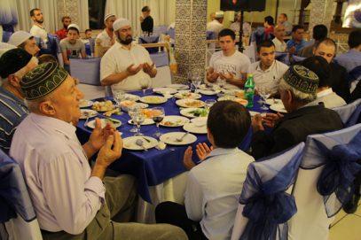 В Турции мусульманам запретили трапезничать подобным образом