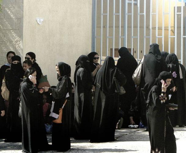 Женщины устроили аврал в саудовской паспортной службе – почему?