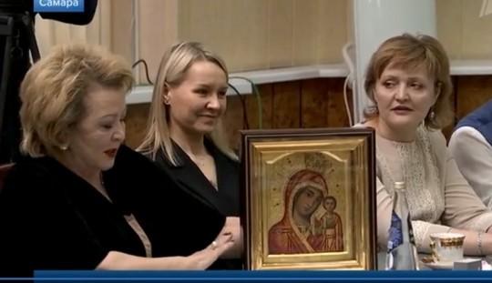 Муслима Латыпова дарит Путину Казанскую икону Божией Матери